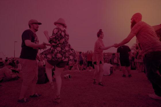 Ihmisiä tanssimassa Qstockissa.